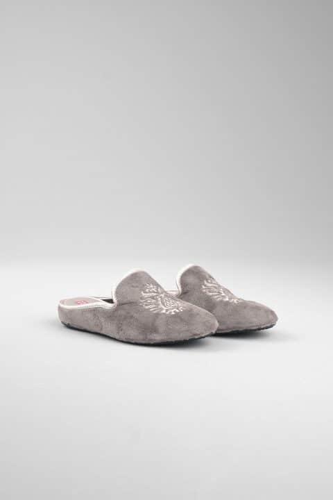 ZUECO SLIPPER  GRIS Marcas en Loyna Shoes
