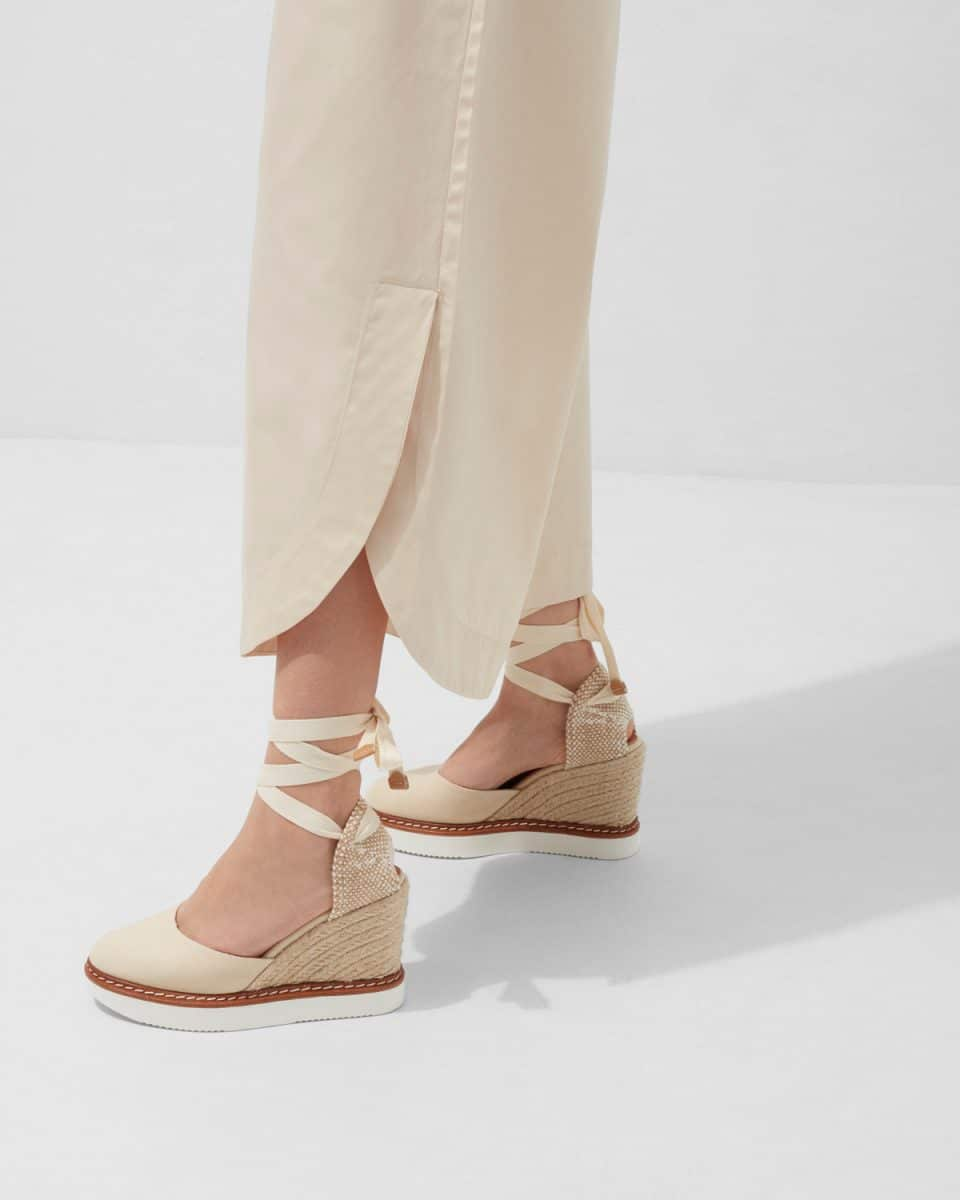 Alpargata Castañer Cintia Ivory con cuña en lona 10cm Alpargatas en Loyna Shoes
