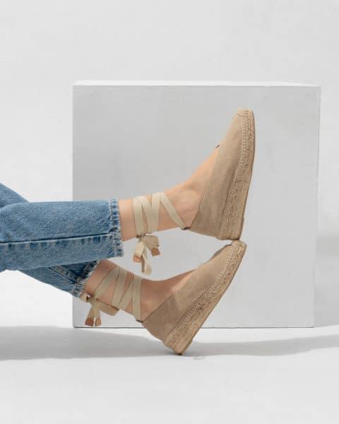 Gea. Alpargatas bailarinas Castañer Sand con cuña elaborada en lona Alpargatas en Loyna Shoes