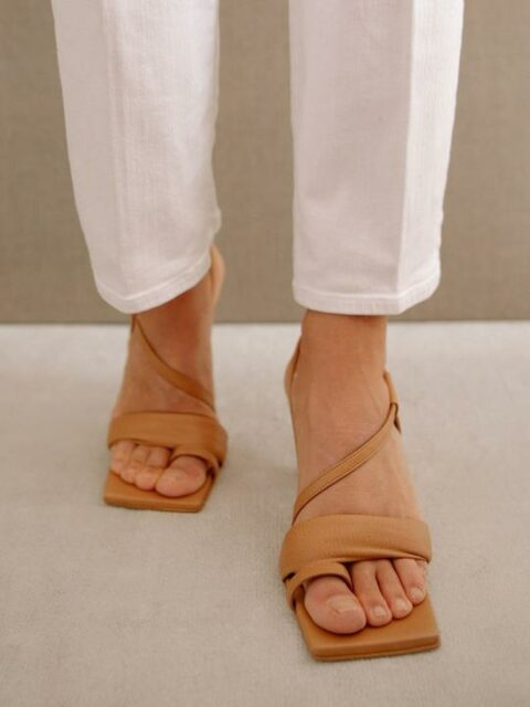 Asymmetric Straps Camel Alohas Sandalias en Loyna Shoes