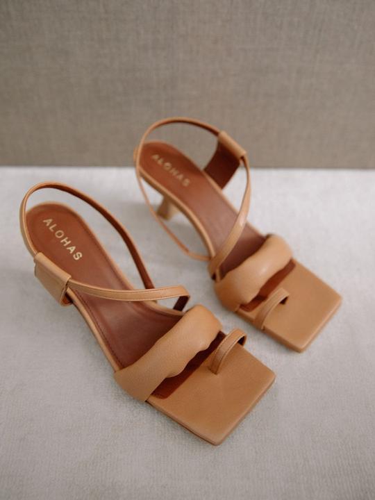 Asymmetric Straps Camel Alohas en Loyna Shoes