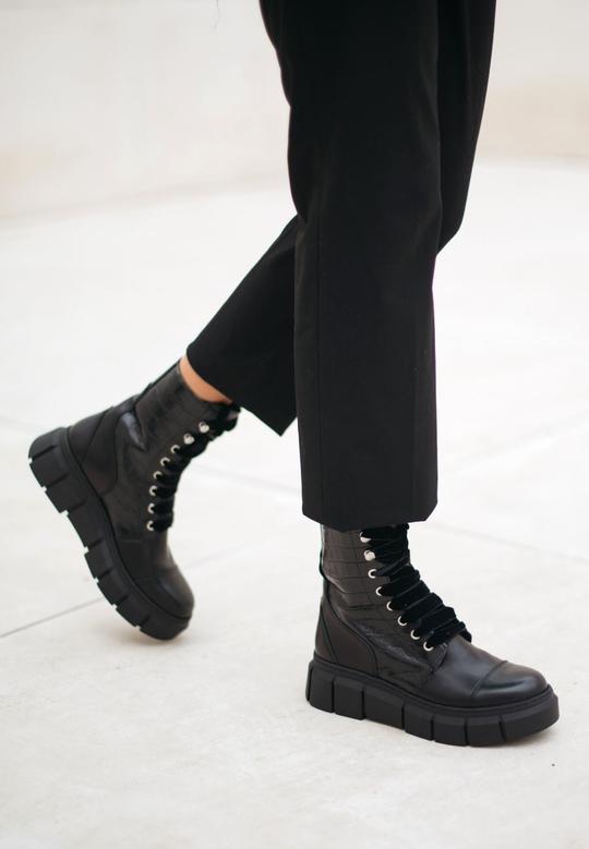 Can Can Black Croco Alohas en Loyna Shoes