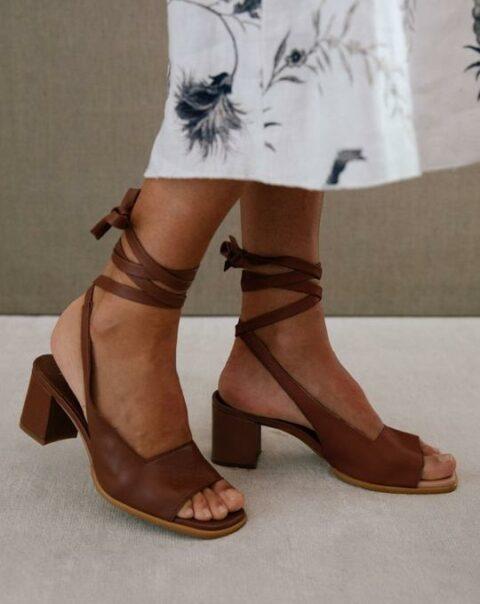 Lille Brown Alohas Sandalias en Loyna Shoes