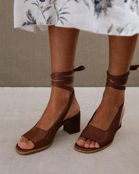 Lille Brown Alohas en Loyna Shoes